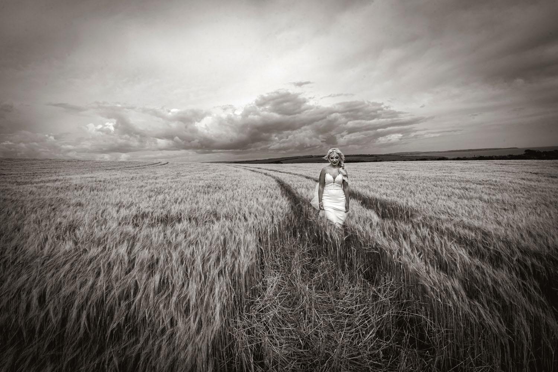 077_Bride-in-a-corn-field